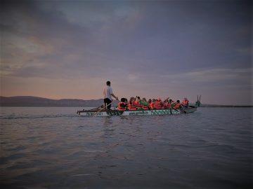 Bringás tókerülés éjbe nyúló sárkányhajózással a Velencei-tónál