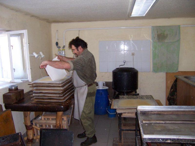 Kézzel merített papír előállítása a Vinczemill Papírmerítő Műhelyben Fedémes