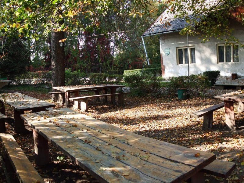 turistaház kerti asztalok és padok