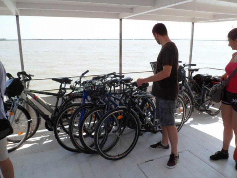 Hajón és kerékpáron a Fertő tónál
