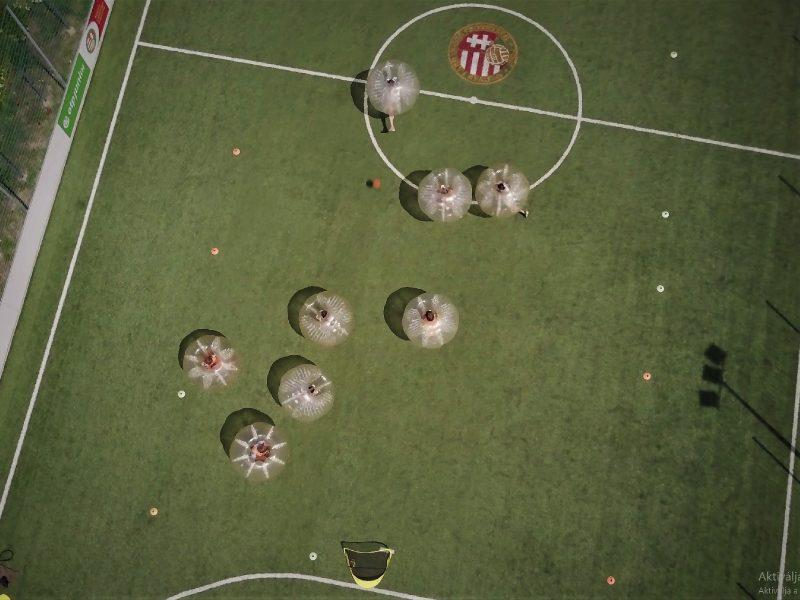 Buborékfocizó diákok